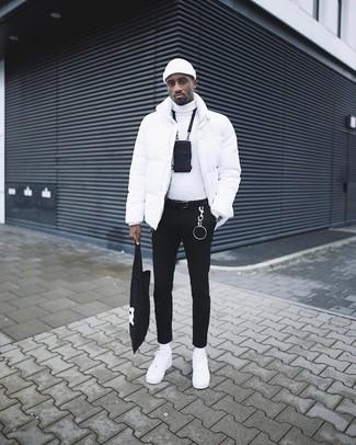 Как и с чем носить: белая куртка-пуховик, белая водолазка, черные зауженные джинсы, белые кожаные низкие кеды