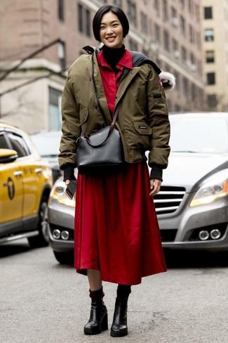 Как и с чем носить: оливковая куртка-пуховик, черная вязаная водолазка, красное платье-рубашка, черные кожаные ботильоны на танкетке