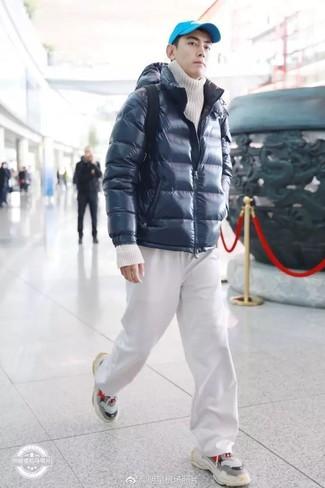 408acdca Как и с чем носить: темно-синяя куртка-пуховик, белая вязаная водолазка