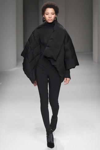 Как и с чем носить: черная куртка-пуховик, черная водолазка, черные узкие брюки, черные бархатные ботильоны