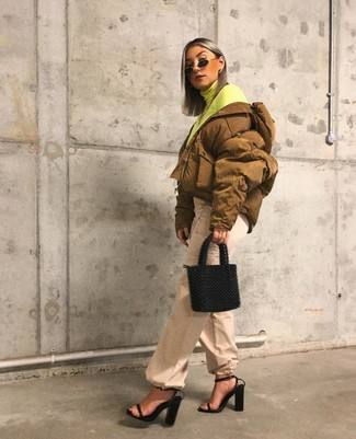 Как и с чем носить: горчичная куртка-пуховик, зелено-желтая водолазка, бежевые широкие брюки, черные кожаные босоножки на каблуке