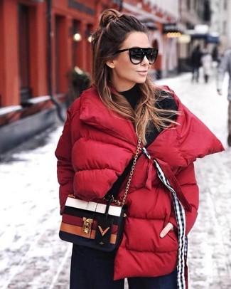 Как и с чем носить: красная куртка-пуховик, черная водолазка, темно-синие джинсовые широкие брюки, разноцветная кожаная сумка через плечо