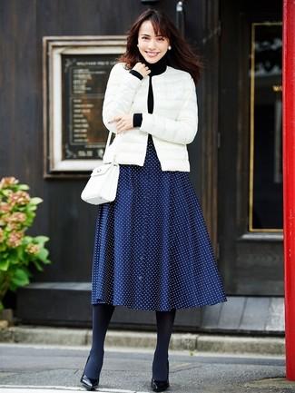 Как и с чем носить: белая куртка-пуховик, черная водолазка, темно-синяя юбка-миди в горошек, черные кожаные туфли