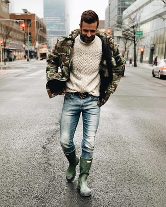 Модный лук: оливковая куртка-пуховик с камуфляжным принтом, белый вязаный свитер, голубые джинсы, темно-зеленые резиновые сапоги