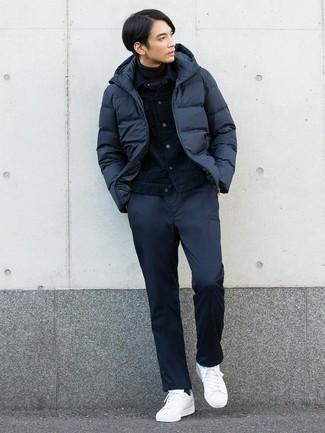 Как и с чем носить: темно-синяя куртка-пуховик, темно-синяя джинсовая куртка, темно-серая водолазка, темно-синие брюки чинос