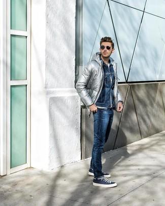 Как и с чем носить: серебряная куртка-пуховик, темно-синяя джинсовая куртка, белая футболка с круглым вырезом в горизонтальную полоску, темно-синие джинсы