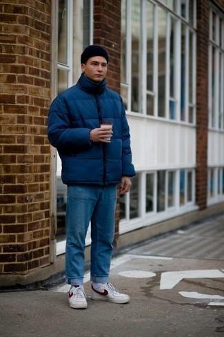 Мужские луки в прохладную погоду: Если ты принадлежишь к той редкой группе джентльменов, которые каждый день стараются одеваться с иголочки, тебе придется по вкусу тандем темно-синей куртки-пуховика и синих джинсов. Выбирая обувь, можно немного пофантазировать и закончить ансамбль бело-красными кожаными низкими кедами.
