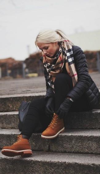 С чем носить табачные замшевые ботильоны на шнуровке: Сочетание черной куртки-пуховика и черных джинсов скинни создано для современных женщин, ведущих активный образ жизни. Опасаешься выглядеть легкомысленно? Дополни этот образ табачными замшевыми ботильонами на шнуровке.
