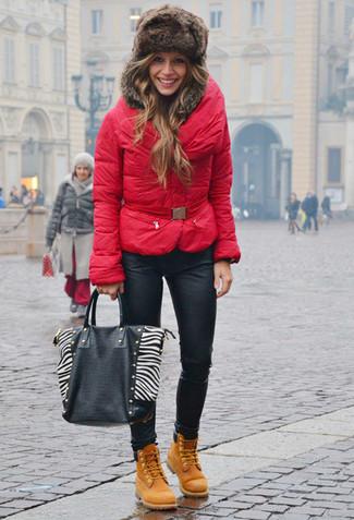 С чем носить меховую шапку женщине: Красная куртка-пуховик и меховая шапка — отличное решение для девушек, которые постоянно в движении. Почему бы не привнести в этот наряд на каждый день чуточку изысканности с помощью светло-коричневых ботинок на шнуровке  из нубука?