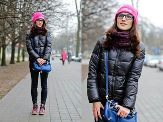 Черная куртка-пуховик и черные джинсы скинни — идеальный вариант простого, но стильного лука. Любительницы рискованных вариантов могут дополнить образ розовой обувью.