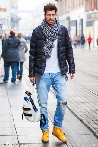 Как и с чем носить: черная куртка-пуховик, серый кардиган, белая футболка с круглым вырезом, голубые рваные джинсы
