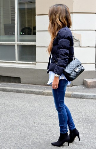 Модные женские луки 2020 фото зима 2020: Темно-синяя куртка-пуховик в сочетании с синими джинсами скинни — великолепная идея для воплощения образа в стиле business casual. Очень стильно здесь будут смотреться черные ботильоны на резинке. Такое сочетание одежды может согревать тебя вплоть до потепления.