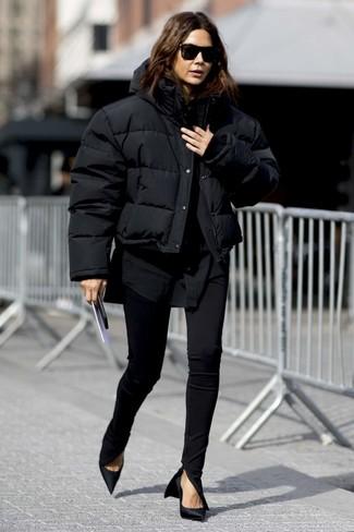 Как и с чем носить: черная куртка-пуховик, черная классическая рубашка, черные узкие брюки, черные сатиновые туфли