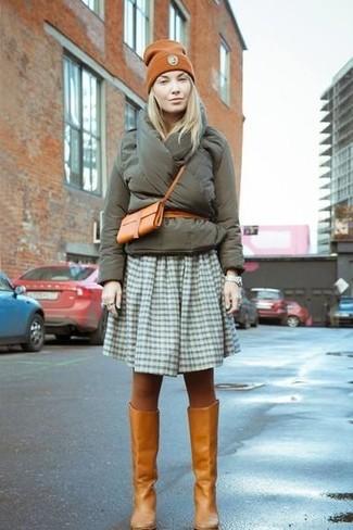 Как и с чем носить: оливковая куртка-пуховик, оливковая короткая юбка-солнце в мелкую клетку, табачные кожаные сапоги, табачная кожаная сумка через плечо