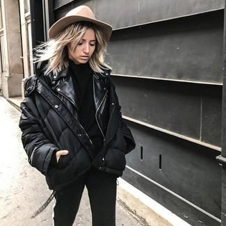 Как и с чем носить: черная куртка-пуховик, черная кожаная косуха, черная водолазка, черные узкие брюки