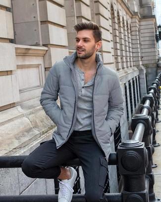 Как и с чем носить: серая куртка-пуховик, серая лонгслив с горловиной на пуговицах, темно-серые брюки карго, белые низкие кеды
