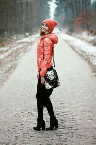 Как и с чем носить: красная куртка-пуховик, черное вязаное платье-свитер, черные кожаные ботильоны, черная кожаная сумка через плечо с украшением
