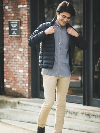 Как и с чем носить: черная куртка-пуховик, темно-синяя рубашка с длинным рукавом в мелкую клетку, светло-коричневые брюки чинос, черные кожаные лоферы