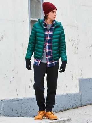 Как и с чем носить: зеленая куртка-пуховик, бело-красно-синяя рубашка с длинным рукавом в шотландскую клетку, серая футболка с круглым вырезом, черные брюки чинос