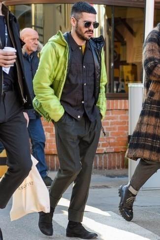 Темно-серые классические брюки: с чем носить и как сочетать мужчине: Зелено-желтая куртка-пуховик в паре с темно-серыми классическими брюками — воплощение строгого мужского стиля. Поклонники рискованных вариантов могут закончить лук черными замшевыми ботинками челси.