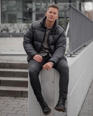 Мужские луки в холод: Несмотря на свою простоту, дуэт черной куртки-пуховика и темно-серых зауженных джинсов неизменно нравится стильным молодым людям, а также покоряет сердца представительниц прекрасного пола. Хочешь добавить в этот лук немного элегантности? Тогда в качестве дополнения к этому ансамблю, стоит выбрать черные кожаные повседневные ботинки.