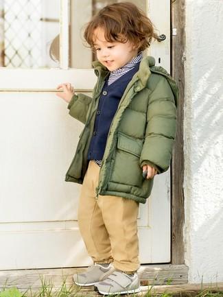 Как и с чем носить: оливковая куртка-пуховик, темно-сине-белый свитер в горизонтальную полоску, темно-синий кардиган, светло-коричневые брюки