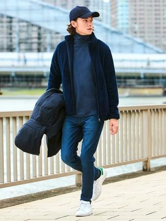 Как и с чем носить: черная куртка-пуховик, темно-синий свитер на молнии, темно-серая водолазка, темно-синие зауженные джинсы