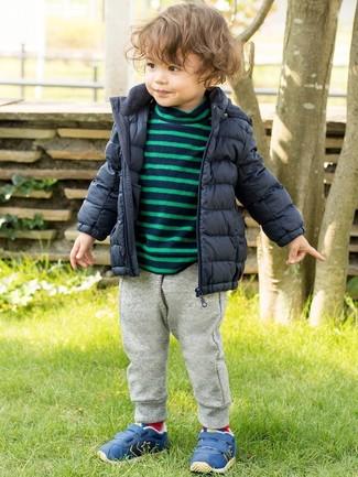 Как и с чем носить: темно-синяя куртка-пуховик, темно-синий свитер в горизонтальную полоску, серые спортивные штаны, синие кеды