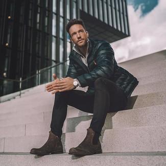 Как и с чем носить: черная куртка-пуховик, серый свитер с воротником на молнии, черные зауженные джинсы, темно-коричневые замшевые ботинки челси