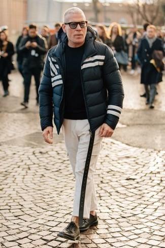 Модные мужские луки 2020 фото: Темно-сине-белая куртка-пуховик и белые брюки карго — хороший вариант для барного тура или похода в кино. Любители необычных луков могут дополнить ансамбль черными кожаными туфлями дерби, тем самым добавив в него толику утонченности.