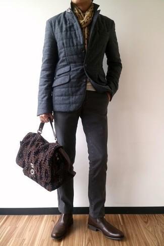 Как и с чем носить: темно-серая куртка-пуховик, бежевый свитер с круглым вырезом, темно-серые брюки чинос, темно-коричневые кожаные ботинки челси