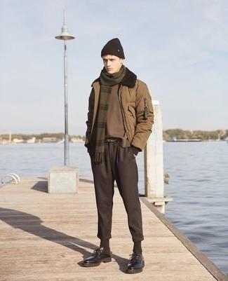 С чем носить куртку-пуховик мужчине: Комбо из куртки-пуховика и темно-коричневых брюк чинос — интересный выбор для молодых людей, работающих в офисе. Теперь почему бы не добавить в этот лук на каждый день чуточку изысканности с помощью темно-коричневых кожаных массивных туфель дерби?