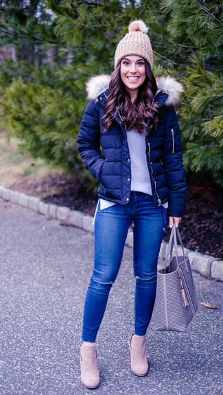 Как и с чем носить: темно-синяя куртка-пуховик, серый свитер с круглым вырезом, синие рваные джинсы скинни, бежевые замшевые ботильоны