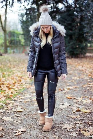 Как и с чем носить: темно-серая куртка-пуховик, черный свитер с круглым вырезом, черные кожаные джинсы скинни, бежевые угги