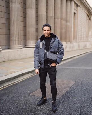С чем носить черные рваные зауженные джинсы мужчине: Если ты делаешь ставку на удобство и функциональность, темно-серая куртка-пуховик и черные рваные зауженные джинсы — замечательный выбор для стильного повседневного мужского образа. Немного консерватизма и классики образу добавит пара черных кожаных низких кед.