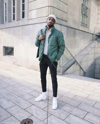 Как и с чем носить: зеленая куртка-пуховик, белый свитер с круглым вырезом, белая классическая рубашка, черные брюки чинос