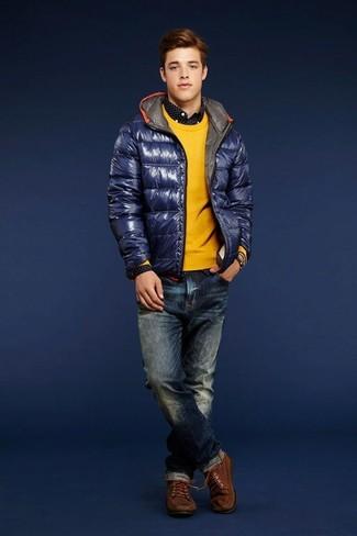 Как и с чем носить: темно-синяя куртка-пуховик, желтый свитер с круглым вырезом, черно-белая рубашка с длинным рукавом в горошек, темно-синие джинсы