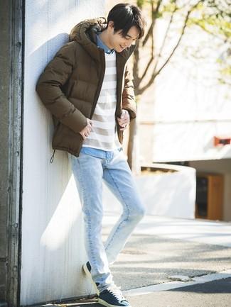 Как и с чем носить: коричневая куртка-пуховик, белый свитер с круглым вырезом в горизонтальную полоску, голубая рубашка с длинным рукавом из шамбре, голубые джинсы