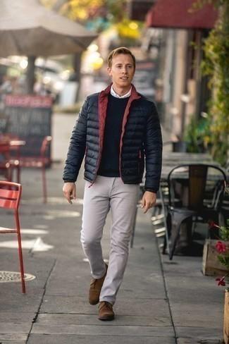 Светло-коричневые замшевые ботинки дезерты: с чем носить и как сочетать: Если не знаешь, в чем пойти на учебу или на работу, черная легкая куртка-пуховик и бежевые брюки чинос — беспроигрышный лук. В паре с этим ансамблем прекрасно будут смотреться светло-коричневые замшевые ботинки дезерты.