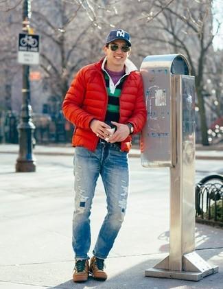 Как и с чем носить: красная куртка-пуховик, пурпурный свитер с круглым вырезом, темно-сине-зеленая футболка-поло в горизонтальную полоску, синие рваные джинсы