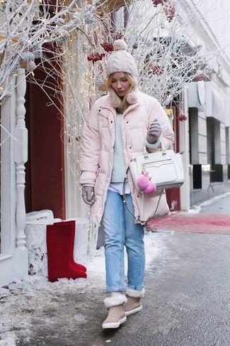 Как и с чем носить: розовая куртка-пуховик, голубой свитер с круглым вырезом, белая футболка с круглым вырезом, голубые джинсы-бойфренды