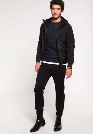 Как и с чем носить: черная куртка-пуховик, черный свитер с круглым вырезом, белая футболка с круглым вырезом, черные зауженные джинсы