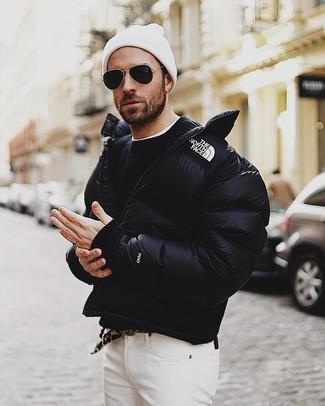 Как и с чем носить: черная куртка-пуховик, черный свитер с круглым вырезом, белая футболка с круглым вырезом, белые джинсы