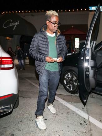 Как и с чем носить: черная куртка-пуховик, темно-зеленый свитер с круглым вырезом, белая футболка с круглым вырезом, темно-синие джинсы