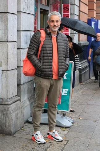 Как и с чем носить: темно-серая куртка-пуховик, оранжевый свитер с круглым вырезом, серая футболка с круглым вырезом, оливковые спортивные штаны