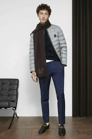 Темно-синие классические брюки: с чем носить и как сочетать мужчине: Несмотря на то, что это классический образ, образ из серой куртки-пуховика и темно-синих классических брюк всегда будет по душе джентльменам, покоряя при этом сердца дам. Вместе с этим образом удачно будут смотреться черные кожаные лоферы.