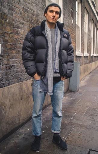 Серый свитер с круглым вырезом: с чем носить и как сочетать мужчине: Серый свитер с круглым вырезом и голубые джинсы гармонично впишутся в мужской лук в стиле кэжуал. Заверши лук черными кроссовками, если не хочешь, чтобы он получился слишком консервативным.