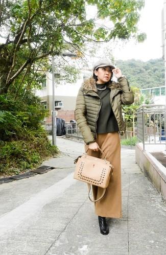 Модный лук: Оливковая куртка-пуховик, Оливковый свитер с круглым вырезом, Светло-коричневые широкие брюки, Черные кожаные сапоги
