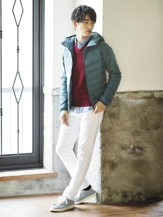 Как и с чем носить: темно-бирюзовая куртка-пуховик, темно-красный свитер с v-образным вырезом, голубая рубашка с длинным рукавом из шамбре, белые брюки чинос