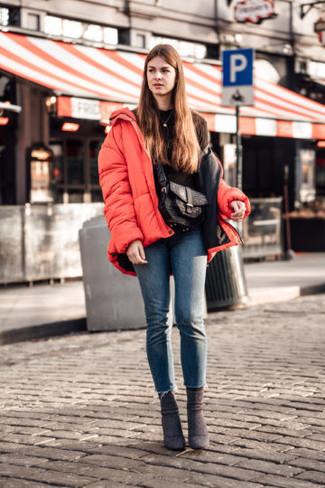 Как и с чем носить: красная куртка-пуховик, черный свитшот, синие джинсы скинни, темно-коричневые замшевые ботильоны